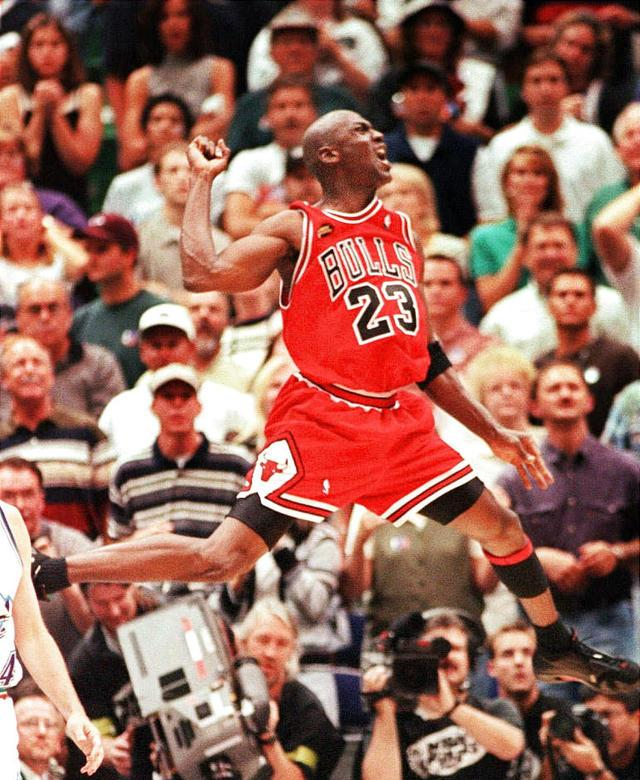 Majkl Džordan je znao da proslavi odlučujući koš za šestu titulu Čikago Bulsa.