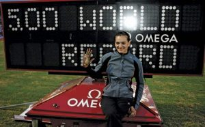 Jelena Isinbajeva je na atletskom mitingu u Londonu 2005. preskočila magičnu granicu od 5 metara i postala prva žena kojoj je to pošlo za rukom.