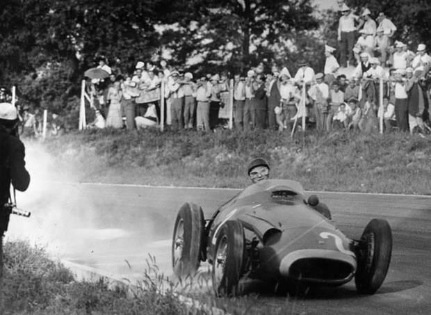 Fanđo je krenuo da vozi neverovatno, u narednih 9 krugova je 7 puta postavljao najbrži krug na trci, a u nekim krugovima je čak bio brži i više od 15 sekundi od vodećeg dvojca. Na početku pretposlednjeg kruga (vozila se ukupno 22 kruga) je uspeo da dostigne, a odmah i prestigne drugoplasiranog Kolinsa, da bi na kraju tog istog kruga u spektularnom preticanju u kome mu je desna strana bolida bila na stazi, a leva na travnjaku uspeo da prestigne i Hotorna. Sačuvao je prvo mesto do kraja trke i pobedio, a pošto je Muso završio na četvrtom mestu tom pobedom je obezbedio sebi petu titulu.