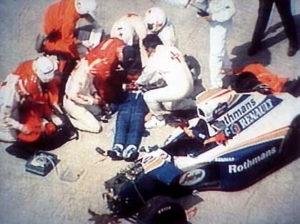 Odmah posle nesrece na Velikoj Nagradi San Marina, lekari su pokušali da spasu život Ajrtona Sene, ali nažalost nisu uspeli