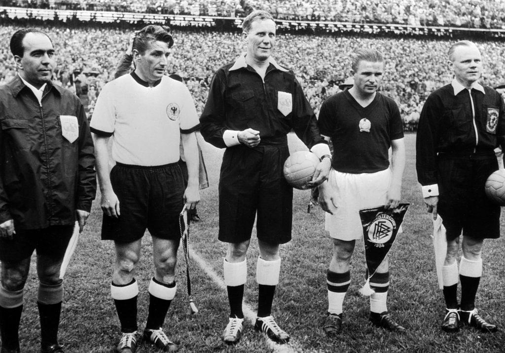 Kapiteni Mađarske i Nemačke, Ferenc Puškaš i Fric Valter pred finale svetskog prvenstva 1954.
