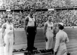 Na igrama koje je obeležio čuveni Džesi Ovens, veličanstveni Leon Štukelj je sa skoro punih 38 godina osvojio srebrnu medalju na krugovima. Bio je drugi, iza Čeha Alojza Hudeca, a ispred tri takmičara iz Nemačke i na taj način je stigao do svoje šeste i poslednje olimpijske medalje.
