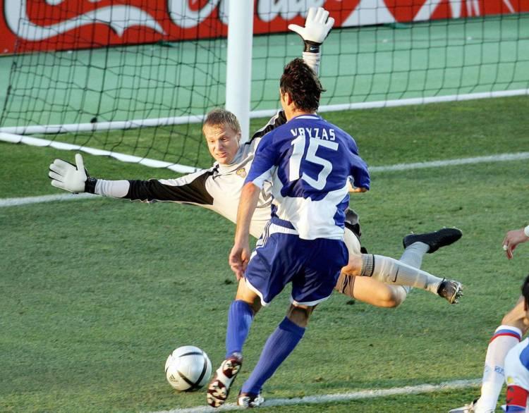 Zizis Vrizas postiže gol za Grčku protiv Rusije, gol koji je Grke odveo u četvrtfinale.
