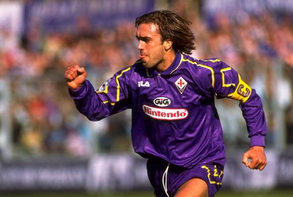 Kada je 1993. godine Fiorentina ispala u seriju B odlučio je da ostane u klubu i pomogne mu da se vrati u prvu ligu. Nakon tog poteza postao je ljubimac navijača u Firenci. Fiorentina se ekspresno vratila u Seriju A a Batistuta je dobio status božanstva. Dobio je i spomenik usred Firence!