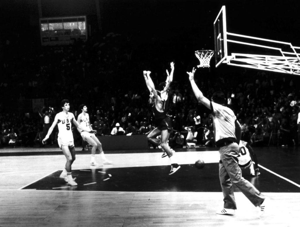 Završnica košarkaškog meča sa OI 1972. godine u Minhenu između SSSR-a i SAD-a o kome su i danas mišljenja podeljena.