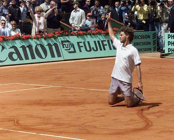 Slika sa finala Rolan Garosa 2001. godine u kome Guga crta reketom srce na šljaci kao pokazatelj svojih osećanja prema Parizu ostaje da se pamti za sva vremena.