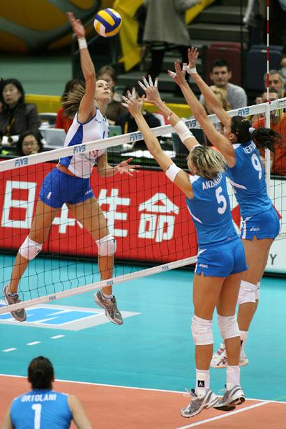 Odbojkašice Srbije i Crne Gore su dva puta na prvenstvu sveta u Japanu savladale reprezentacija Italije.