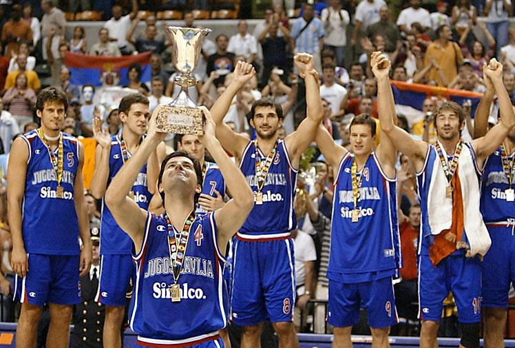 """Jugoslavija je na prvenstvu u Indijanapolisu osvojila zlato, ali se čini da će se to prvenstvo pamtiti po najvećem skalpu u prebogatoj kolekciji jugoslovenskih košarkaša i susretu u kome je savladana Amerika na njenom terenu i to u Indijanapolisu, gradu koji se kotira kao """"najkošarkaškiji"""" u Sjedinjenim Američkim Državama."""