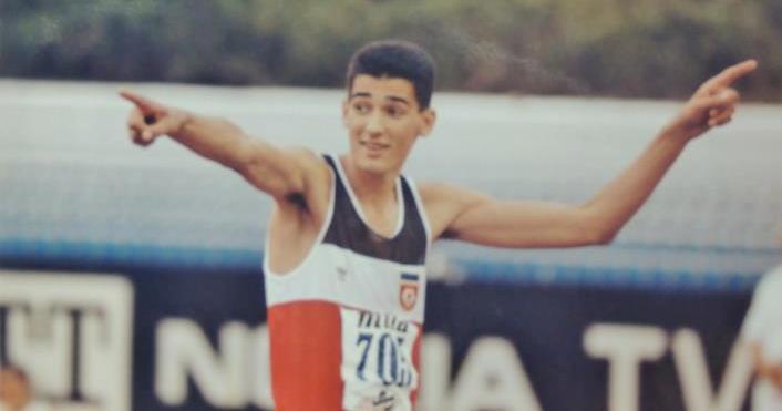 """Skok Dragutina Topić sa Evropskog prvenstva u Splitu 1990. godine na visini od 234 centimetara je ostao do danas u pamćenju svim ljubiteljima atletike od Vardara do Triglava. Fantastičnim skokom, Dragutin je prosto preleto preko letvice postavljene na 234 centimetara, obezbedio najsjajniju medalju, a onda svoj sjajan skok proslavio čuvenim """"pucanjem""""."""