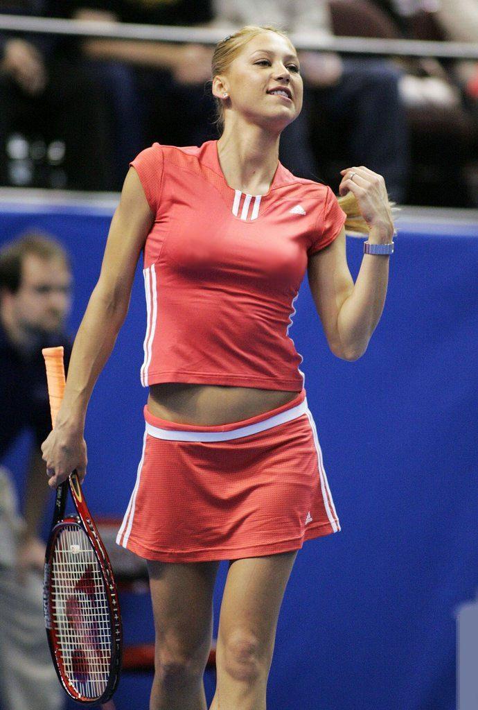 """Ana Kurnjikova zaradila gotovo deset puta više novca od ugovora sa sponzorima, nego od igranja tenisa, a 2007. godine, procenjeno je da je od sponzorskih ugovora zaradila oko 50 miliona funti. Ona je tada rekla: """"Ne možete biti samo dobra teniserka ili prelepa devojka da biste bili uspešni. Kako biste uspeli u tenisu, morate imati talenta, pozitivan izgled i mozak."""""""