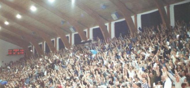Revanš utakmica u Kaću je izazvala nazapamćeno interesovanje kod svih ljubitelja sporta. 2000 ulaznica je planulo za jedno popodne. Kada je počela utakmica, publika je u hali pošteno premašila njen kapacitet, a Kaćani su igrali sa 200% svojih mogućnosti.