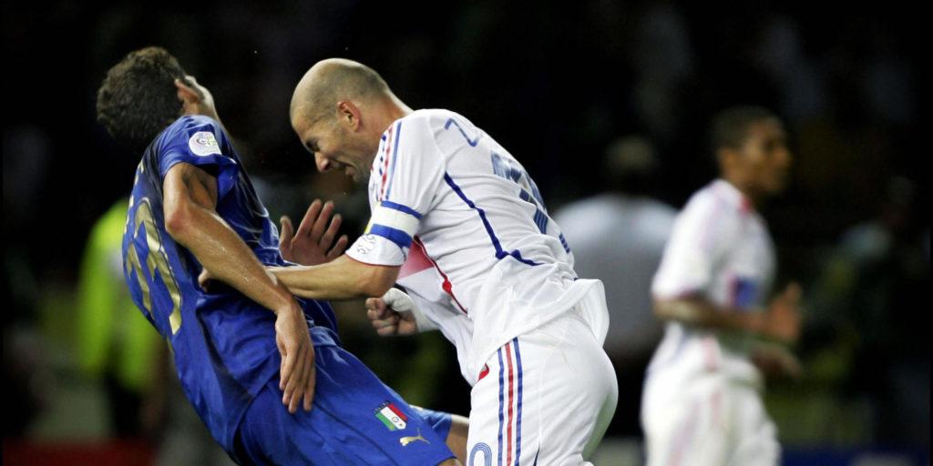 109. minut finalnog susreta Svetskog prvenstva u fudbalu između Italije i Francuske. Kapiten francuske reprezentacije Zinedin Zidan, koji je nakon izvođenja jedanaesterca u 17. minutu Francuze doveo u vođstvo, čini jedan od najšokantnijih poteza u istoriji Svetskog prvenstva, udara glavnom u grudni koš italijanskog reprezentativca Marka Materacija.