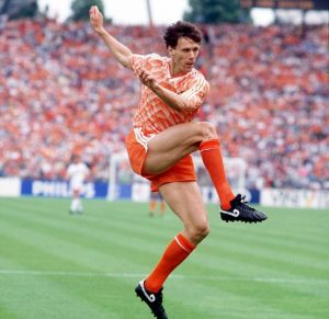 Marko Van Basten je u finalu Evropskog prvenstva 1988. godine iz voleja postigao jedan od najlepših golova ikada viđenih.