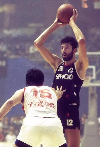 Vlade Divac je punu košarkašku afirmaciju stekao u dresu Partizana. Photo: MN Press