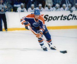 Vejn Grecki je igrajući za Edmonton Ojlerse postigao 215 poena uz rekordan prosek od 2,69 poena po utakmici u sezoni 1985/1986, a ne zaboravimo da je tada igrao u čak 80 utakmica. Grecki je u toj sezoni postigao 52 gola i imao je čak 163 asistencije, što je takođe NHL rekord, niko do danas nije imao ni približno asistencija u jednoj sezoni.