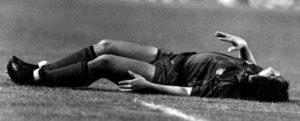 """Žrtva je bio Dijego Maradona, dok je počinioc bio Andoni Gojkoečea. 24. septembra 1983. godine, odbrambeni igrač Atletika upisao se u istoriju jednim od najbrutalnijih startova ikada viđenih. Ušao je sa leđa u noge Maradoni dok je ovaj bio u punoj brzini. I to na """"Kamp Nou"""", pred 120.000 ljudi. Maradona je pao na travu i sa bolnim izrazom na licu vikao: """"Polomljena je, polomljena je!"""" Tada mlađanom Argentincu Gojkočea je naneo nekoliko teških povreda: jednu nogu mu je slomio, druga mu je napukla, stradala su mu rebra, leđa…"""