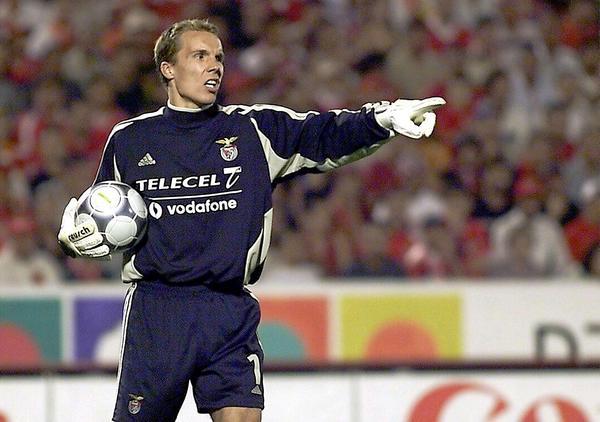 U junu 1999. godine je prešao u Benfiku, potpisavši trogodišnji ugovor. Klub je u to vreme vodio njegov zemljak, Jup Hajnkes, koji ga je imenovao za kapitena ekipe. Vreme provedeno u Portugaliji mu je bilo burno, jer se ekipa suočila sa najgorim rezultatima, završivši sezonu na šestom mestu i promenila tri trenera za tri sezone. Klub se čak našao i u finansijskoj krizi, pa su igračima često kasnile plate. Uprkos ovim problemima Enke je zadobio divljenje navijača Benfike, ali i interes klubova, kao što su Arsenal, Atletiko Madrid i Mančester Junajted.