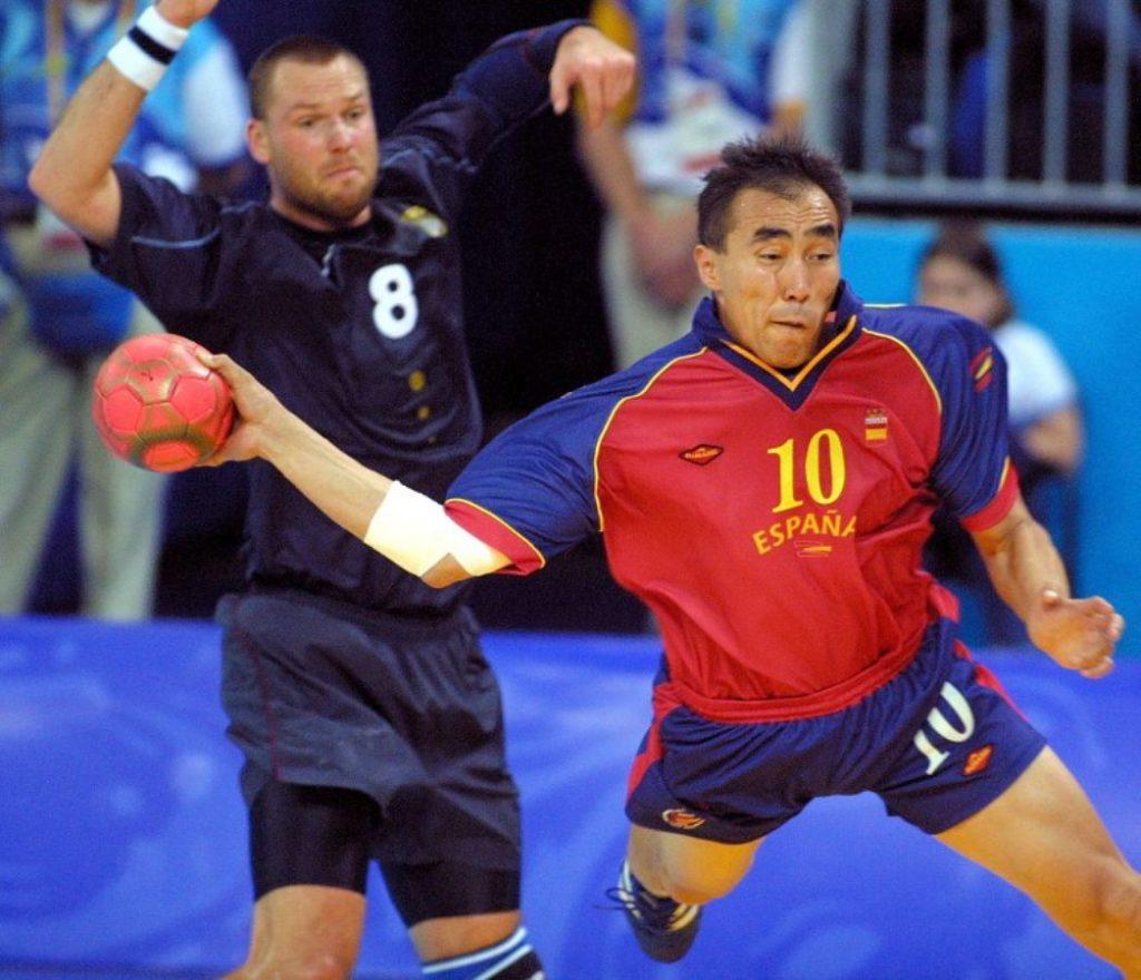 """Posle Sp-a u švedskoj, Dušebajev se odlučuje za promenu državljanstva,  uzima špansko državljanstvo i odlučuje da u budućnosti nastupa za špansku reprezentaciju. Sa """"Furijom"""" je osvojio srebro na Evropskom prvenstvu 1996. godine na kome su bili domaćini, što je prva medalja za špansku rukometnu reprezentaciju u istoriji i može se slobodno reći početak velikog uspona španskog rukometa, za koji najveće zasluge pripadaju upravo Dušebajevu."""