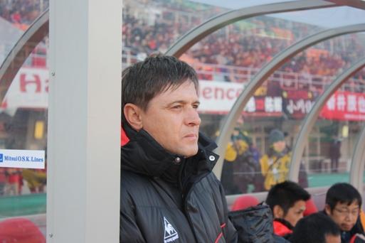 Nekadašnji igrač Crvene Zvezde i reprezentacije Jugoslavije, a tada trener japanske Nagoje, Dragan Stojković Piksi postigao je 2009. godine nesvakidašnji gol. Naime, na utakmici protiv Jokohame Piksi je ispucanu loptu golmana Jokohame dočekao ispred svoje trenerske klupe, zahvatio je volejom i posle leta od nekih 40-ak metara, lopta je uletela pravo u gol.