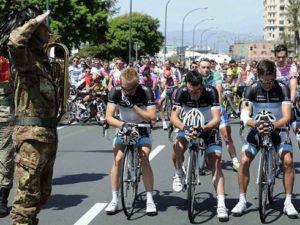 """Pre početka 11. Etape na Trci oko Italije Britanac Dejvid Milar održao je kratak govor u ime svih vozača. Posle minuta ćutanja mnogi vozači su skinuli kacige i stavili ih na volan kako bi odali priznanje poginulom biciklisti. U znak poštovanja prema Vejlantu, organizatori """"Đira"""" su odlučili da zauvek sa trke oko Italije uklone broj 108 koji je Vejlant nosio tog tragičnog dana."""