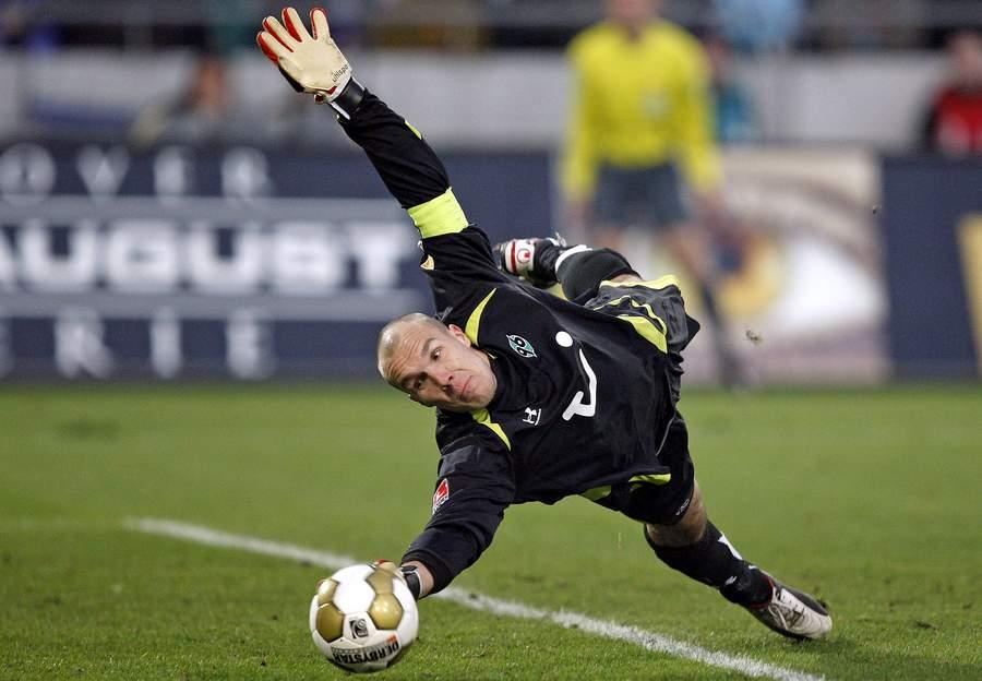 U julu 2004. godine transferom bez obeštećenja potpisao je dvogodišnji ugovor sa Hanoverom. U tom periodu je doživeo najbolje periode u svojoj karijeri postavši prvi izbor kluba. Bio je proglašen za najboljeg golmana u ligi od strane svojih kolega profesionalaca u sportskom magazinu.