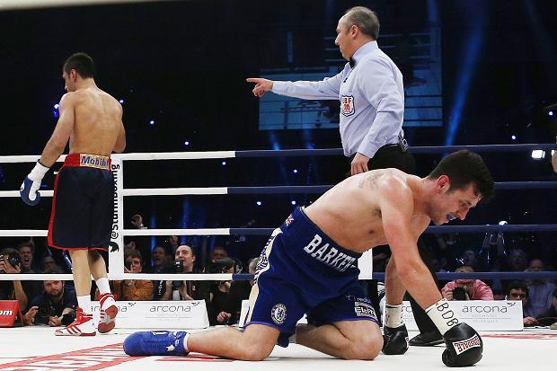 Dva minuta i devet sekundi je Barker izdržao nalete Ćatića u drugoj rundi, više puta je završavao na kolenima, a onda nakon serije Andanovih jakih i preciznih udaraca, Barkerovom treneru nije preostalo ništa drugo nego da baci peškir u ring i tako da znak da je meč završen.