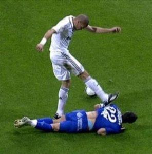 """Pepe je srušio kapitena Hetafea Havijera Kaskera u svom šesnaestercu. Portugalac se nije zaustavio na prekršaju već je neshvatljivo nastavio da šutira protivničkog igrača na zemlji! Ako se prvi udarac se možda i mogao protumačiti kao pokušaj umornog i isfrustriranog igrača da izbije loptu, sledeći, u kom je srećom samo očešao kramponima Kaskerova leđa, bio je """"za zatvor""""!"""