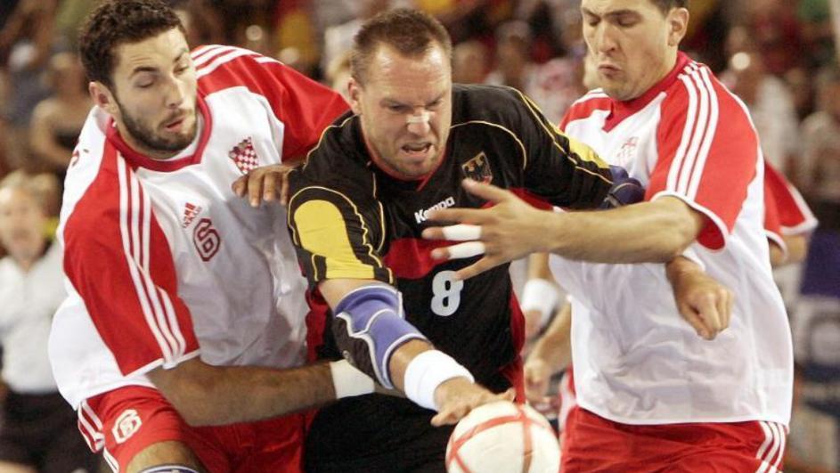 """U finalu je Hrvate čekala Nemačka, još jedna neporažena ekipa kojoj je samo Jugoslavija uspela otkinuti bod do finala. U polufinalu su sa golom razlike svladali Francusku i u finale su ušli sa puno samopouzdanja. Nemci su bolje otvorili finalnu utakmicu, vodili su na početku, ali kada su Hrvati prvi put poveli, može se reći da su od tada kontrolisali rezultat do kraja susreta. Tokom većeg dela finalne utakmice """"Kockasti"""" su bili bolji, vodili su sa 3-4 gola prednosti, a Nemci su nekako uspevali da dođu do izjednačenja, pa i da dođu do vođstva, ali prednost nisu zadržali duže od nekoliko desetina sekundi. Posebno se na meču istakao Vlado Šola, koji je svojim odbranama izluđivao """"Pancere"""", a Lacković je ponovo u završnici odigrao glavnu ulogu, postigao je poslednja dva gola svog tima, kojima je postavio konačnih 34 : 31, za senzacionalno prvo svetsko zlato za hrvatski rukomet. Bio je to neverovatan uspeh hrvatskog rukometa i hrvatskog sporta uopšte, koji je označio novo vreme i početak ere Line Červara i njegovih """"Kauboja"""", koji su posle tog prvenstva postali rukometna velesila."""