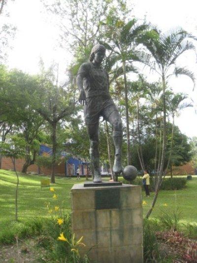 U julu 2002. godine u Medeljinu je postavljena statua sa likom Andres Eskobara.