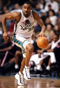 """Po završetku sjajne univerzitetske karijere, na draftu 1994. godine Grent Hila kao trećeg pika izabrali su Detroit Pistonsi. Era """"Bed Bojsa"""" upravo je bila završena i tim iz Detroita je tražio novu zvezdu, našli su je u liku Grent Hila i nisu pogrešili. Sezone u Pistonsima, njih ukupno šest bile su kao iz snova."""