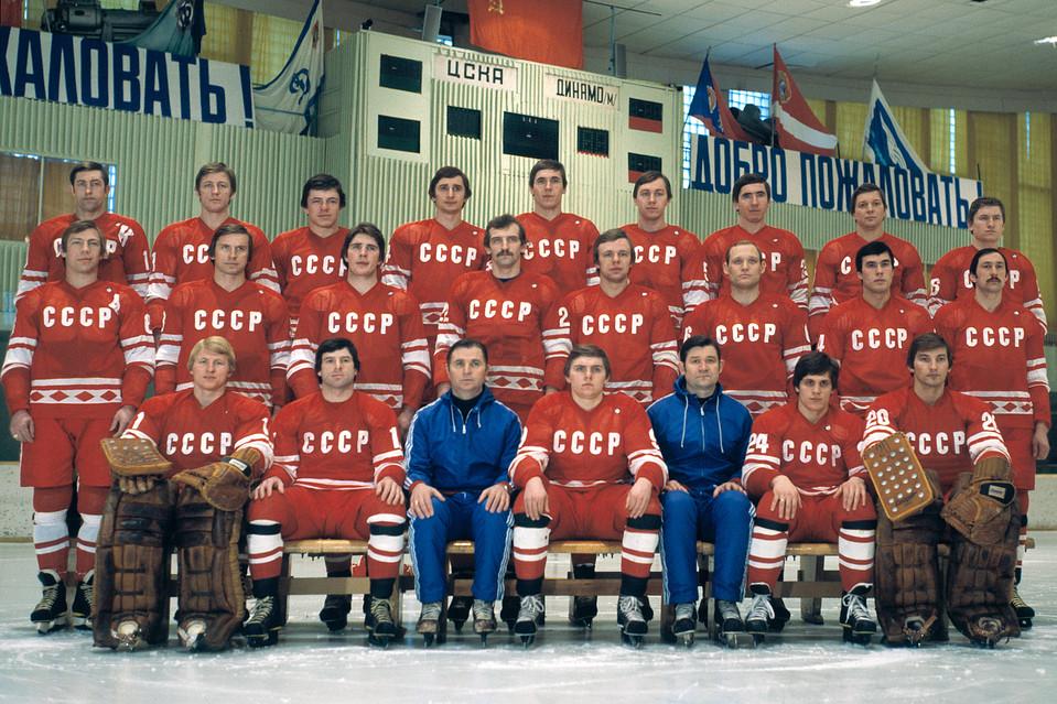 Hokejaški tim SSSR-a stigao je u Lejk Plesid formalno sastavljen od amatera, a bio je najprofesionalnija ekipa Evrope, sa većinom oficira Crvene armije u postavi, sa nekoliko legendarnih igrača, Mihajlovim, Tretjakom, Harlamovim i mladim, kasnije najpoznatijim svetskim igračima, Fetisovim, Krutovim i Makarovim.