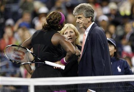 """Engcelova je odmah pozvala glavnog sudiju turnira Brajana Erla, a Serena Vilijams se uključila u razgovor sa deliocima sportske pravde. Kada su sudije odlučile da dodele drugu javnu opomenu zbog nesportskog ponašanja Vilijamsovoj (prvu je zaradila posle izgubljenog prvog seta kada je razbila reket o podlogu), to je značilo da naredni poen pripada Klajstersovoj, a samim tim je to označilo i kraj meča. Kada je postalo jasno da neće biti u situaciji da brani titulu u finalnom meču na Otvorenom prvenstvu Amerike vidno iznervirana Serena glasno je izgovorila: """"Ja joj rekla da ću je ubiti!? Ne budite smešni, to nije tačno."""""""