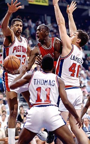 """Na putu do titule razbili su i Boston Seltikse i Čikago Bulse i to ove druge najviše zahvaljujući """"Džordanovom pravilu"""", defanzivnoj strategiji koja je menjanjem odbrana i udvajanjem imala za cilj da što više iz igre isključi najboljeg košarkaša u istoriji, ali i koja je značila zaustavljanje najboljeg igrača lige po svaku cenu. Udarcima, provokacijama, faulovima nakon sudijske pištaljke, te zastrašivanjem ostatka tima."""