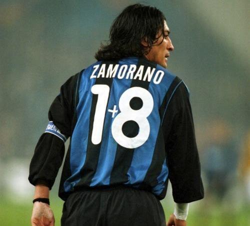 """Čuveni – jedinstveni broj Ivana Zamorana nastao je 1998. godine dolaskom Roberta Bađa u milanski tim. Tada je nastala rokada sa brojevima, jer je """"Mali Buda"""" Roberto Bađo želeo da nosi dres sa brojem 10. Zamorano je zbog toga ustupio svoju devetku Ronaldu, a Bađo je od """"Zube"""" uzeo broj deset. Ipak, Čileanac se nije lako odrekao svoje devetke, a rešenje da i dalje nosi devetku našao je u """"matematici"""", na dresu je nosio broj 18, ali uz mali """"plusić"""" između 1 i 8, pa se tako Zamorano još jednom pokazao kao veliki džentlmen i gospodin fudbalske igre."""