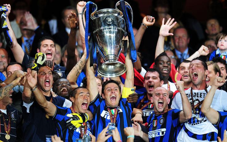 Erupcija oduševljenja izbila je kada je kapiten Intera Havijer Zaneti podigao pobednički pehar.