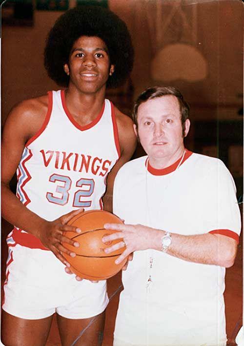 """Irvin """"Medžik"""" Džonson sa svojim srednjoškolskim trenerom Džordžom Foksom."""