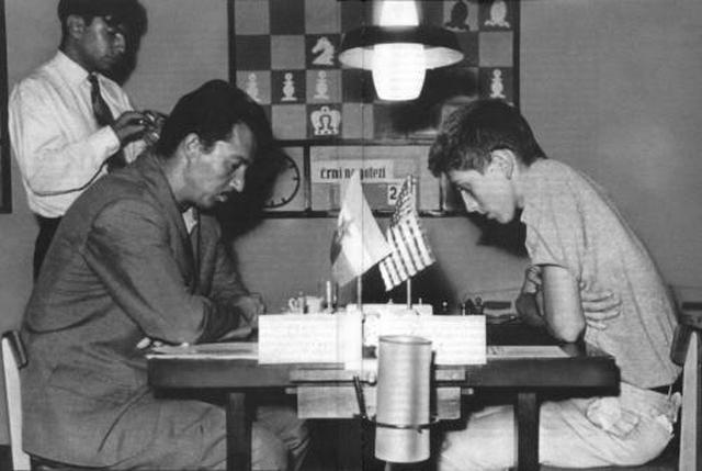 """""""Gliga"""" je bio veliki prijatelj sa Robertom-Bobijim Fišerom. Njih dvojica su odigrali 16 mečeva, a u konačnom skoru Bobi je imao samo dve pobede više, uz 6 remija. I danas se pamte mnoge anegdote iz karijere Svetozara Gligorića, od kojih je možda najčuvenija kada je """"Gliga"""" Fišera uspeo da nagovori da obuče elegantno odelo koje mu je lično izabrao kod jednog jugoslovenskog krojača, i odvede ga na igranku među mnoštvo devojaka (za one koji ne znaju, slavni šampion Bobi Fišer bio je vrlo povučen lik i gotovo je izbegavao druženja). Fišer mu je tada rekao: """"Lepo je to što si me doveo ovde među devojke, ali niti jedna od njih ne zna ništa o šahu!"""""""
