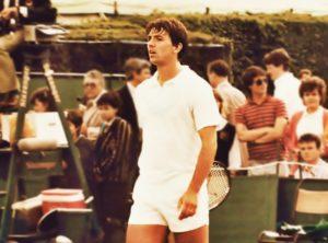 """Šampion Australian opena u tenisu 1985. godine je postao Stefan Edberg, ali toga se verovatno seća veoma mali broj ljudi. Ipak, ono čega se svi sećaju sa tog turnira je antologijski meč četvrtfinala između Džon Mekinroa i Slobodana """"Bobe"""" Živojinovića i poteza """"Bobe"""" Živojinovića koji i danas preko 30 godina kasnije niko nije zaboravio."""