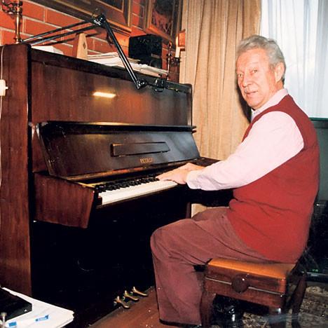 """Svetozar Gligorić je svirao klavir, družio se sa raznim glumcima, književnicima, sportistima… bavio se novinarstvom, gostovao u popularnim emisijama (čuveno je njegovo gostovanje u emisiji """"Obraz uz obraz"""") i bio jedan od najvoljenijih ljudi u Jugoslaviji."""