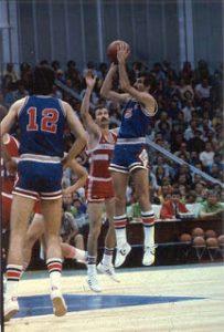 Na Olimpijskim igrama 1980. godine u Moskvi, Jugoslavija je predvođena Kićanovićem dominirala i lagano došla do olimpijskog zlata, ali Kića nije lično primio zlatnu medalju, pošto je finalnu utakmicu protiv Italije završio u bolnici, nakon što ga je nekoliko sekundi pre kraja utakmice frustriran rezultatom teško povredio italijanski centar Dino Menegin. Medalju je umesto njega primio Zoran Slavnić.