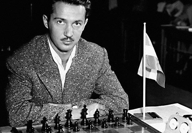 """Prvi grandiozni uspeh kojim je skrenuo veću pažnju na sebe, Svetozar Gligorić je zabeležio 1950. godine, kada je sa reprezentacijom Jugoslavije došao do olimpijskog zlata u Dubrovniku. Kako je to bilo vreme nakon rezolucije Informbiroa, Sovjeti i njihovi """"sateliti"""" bojkotovali su devetu šahovsku olimpijadu, a Jugoslavija je trijumfirala ispred Argentine i Nemačke. Gligorić je nastupao na prvoj tabli, a i danas je čuven njegov meč iz dvanaestog kola, protiv Migela Najdorfa, poljskoga Jevreja, koji je pred holokaustom pobegao u Argentinu za koju je kasnije i nastupao i koji je slavio u tom sjajnom meču. U vreme Olimpijade Gligorić je još uvek bio """"samo"""" internacionalni majstor, i to sa neobično kratkim stažom u igranju šaha, ali ga to nije sprečilo da sjajnom igrom predvodi Jugoslaviju do olimpijske titule."""