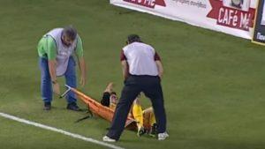"""Počelo je tako što je gostujući fudbaler Leonardo Kutris, prema svemu sudeći, simulirao povredu, a fizioterapeut pokušao da mu ukaže pomoć. Prilično """"providno"""" odugovlačenje, pri negativnom rezultatu za AEL (0:1), iznerviralo je publiku, a posebno živopisni tandem zadužen za iznošenje povređenih fudbalera sa terena, koji je svojim postupcima jasno stavio do znanja šta misli o toj opstrukciji igre."""