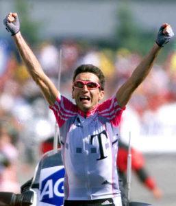 Na Tur de Fransu se svake godine dogodi puno padova, vrlo često bude i dosta povreda, ali se čini možda najdramatičniji pad dogodio 1999. godine, kada je italijanskog biciklistu Đuzepe Guerinija jedan neoprezni gledalac umalo koštao pobede na čuvenom Alp d' Uezu.