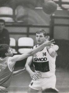 Posle Podgorice usledio je prelazak u Partizan, u koji je stigao 1986. godine kao već afirmisani dvadesetogodišnjak. U crno-belom dresu odigrao je četiri sezone, 162 prvenstvene i kup utakmice, na kojima je postigao 3379 poena. Bio je jedan od najboljih igrača u svakako najboljoj Partizanovoj generaciji koja je ikad igrala.