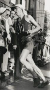 Franjo Mihalić je učestvovao na 1075 trka na zvaničnim takmičenjima, desetine puta trčao rame uz rame sa velikim atletskim imenima Zatopekom i Mimunom, ali je najveći uspeh ostvario 1956. godine na Olimpijskim igrama u Melburnu, kad je u maratonu (42,195 kilometra) za 2 časa i 26 minuta stigao do srebrne medalje. Ovo je priča o toj trci…