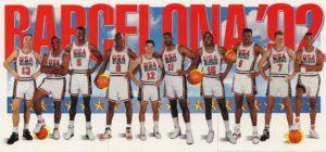 """Ekipa sastavljena od najvećih asova NBA lige, ne samo tog vremena, stigla je 1992. godine u Barselonu na prve Olimpijske igre na kojima su nastupali košarkaški """"profesionalci"""". Za sve ljubitelje košarke, pitanje plasmana Majkla Džordana i drugova niti jednog trenutka nije se postavljalo. Zaista su bili """"Dream team"""". Jedina dilema sa njima na parketu bila je da li će njihov protivnik da izgubi sa 20, 30, 40 ili više poena razlike."""