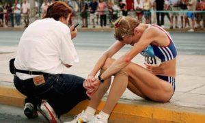 Na oko 6000 metara pre cilja, potpuni šok… Pola Redklif staje, seda na ivičnjak pored puta i u suzama pognute glave i sa rukama na kolenima gleda kako se ruši njen olimpijski san.