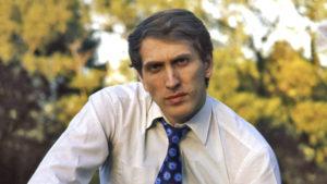 """Fišerovo osvajanje titule protiv Spaskog u Rejkaviku 1972. godine donelo je njemu, ali i šahu izuzetnu popularnost u Sjedinjenim Američkim Državama. """"Bobi"""" je odjednom postao slavna ličnost čije je ime postalo poznato i ljudima koji nisu ništa znali o šahu. Dobio je brojne primamljive ponude, slika mu se pojavila na naslovnoj strani časopisa """"Life"""", a gostovao je i na nacionalnoj televiziji."""