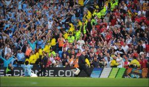"""Posle pogotka protiv svog bivšeg kluba, trčao je preko celog igrališta da gol proslavi pred upravo Arsenalovim navijačima. Bacio se na kolena pred njih i raširenih ruku provocirao… Ovi su doslovno poludeli gađavši stolicama """"togoansku zver"""", kako su ga nazivali. U navali besnila povređeno je nekoliko navijača i jedan redar. Na njihovu žalost, Adebajor je ostao netaknut."""