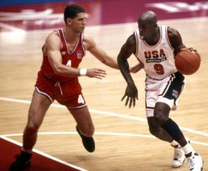 """8. avgusta 1992. godine odigrana je finalna utakmica košarkaškog turnira Igara u Barseloni. """"Dream team""""-u je na megdan izašla Hrvatska. Rezultat je na kraju bio 117:85, a čini se da je moglo biti koliko god su to želeli Majkl Džordan, Medžik Džonson, Leri Bird i kompanija – toliko su bili dominantni u Barseloni."""